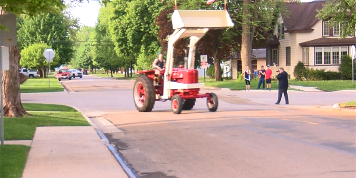 Minnesota students drive tractor to school