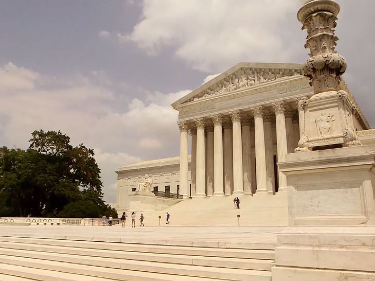 Divided Supreme Court hears arguments over young immigrants program