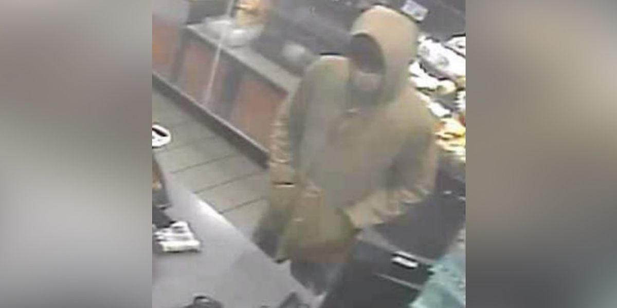Police: Man threatens to kill clerk during robbery