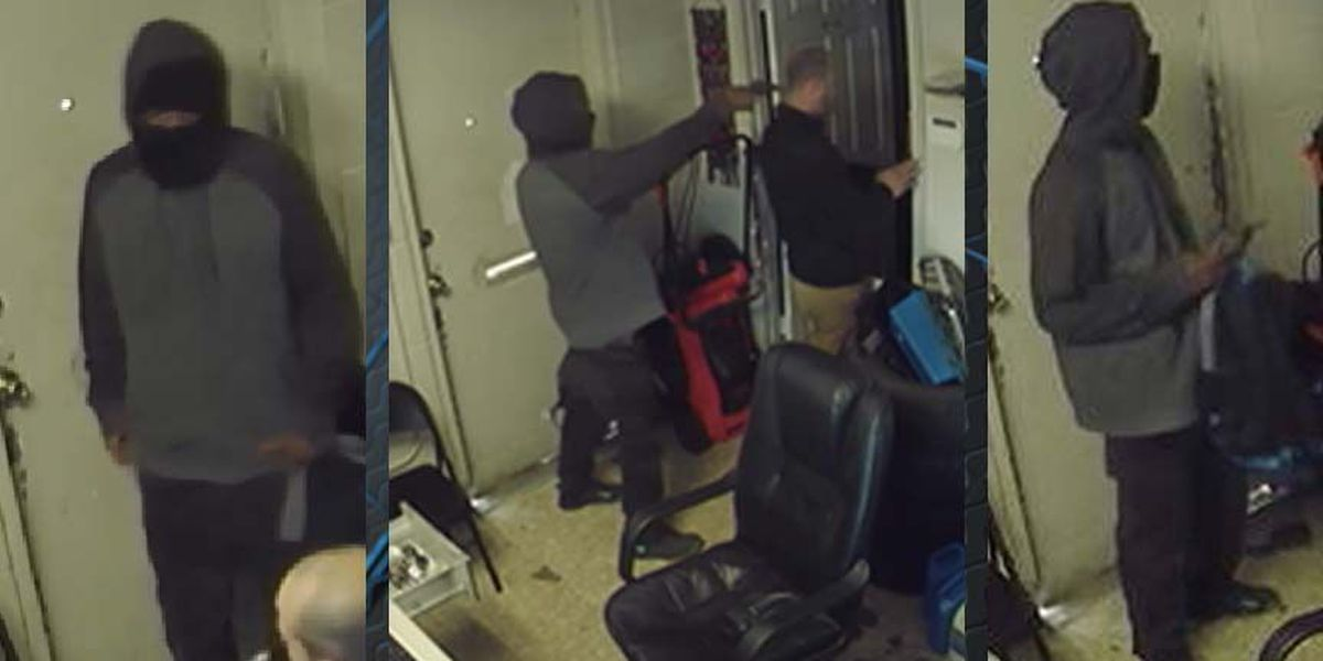 PHOTO: Suspect holds gun barrel to back of victim's head during robbery