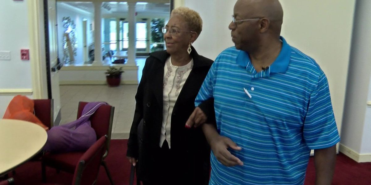 Acts of Kindness: Volunteer delivers homemade desserts to senior center