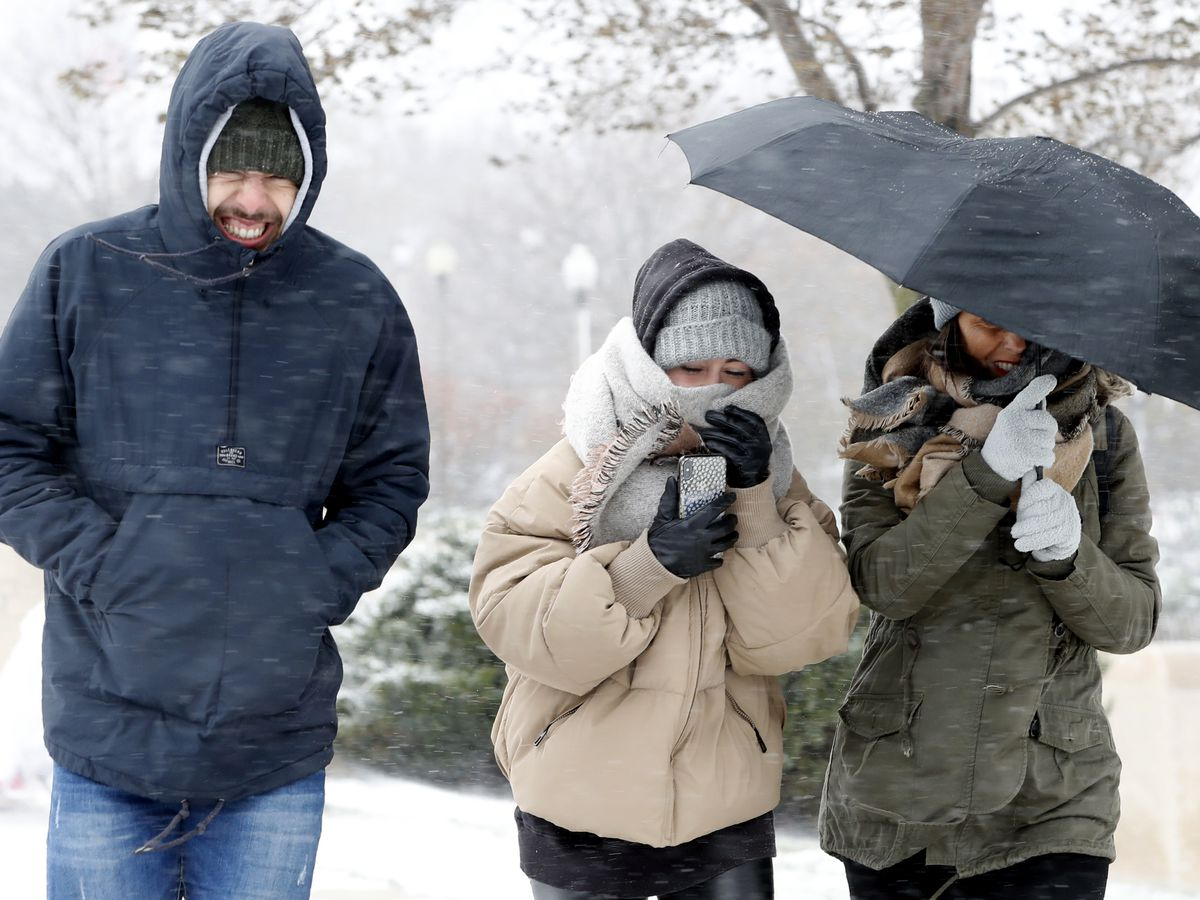 As snow moves toward East Coast, bitter cold hits Midwest