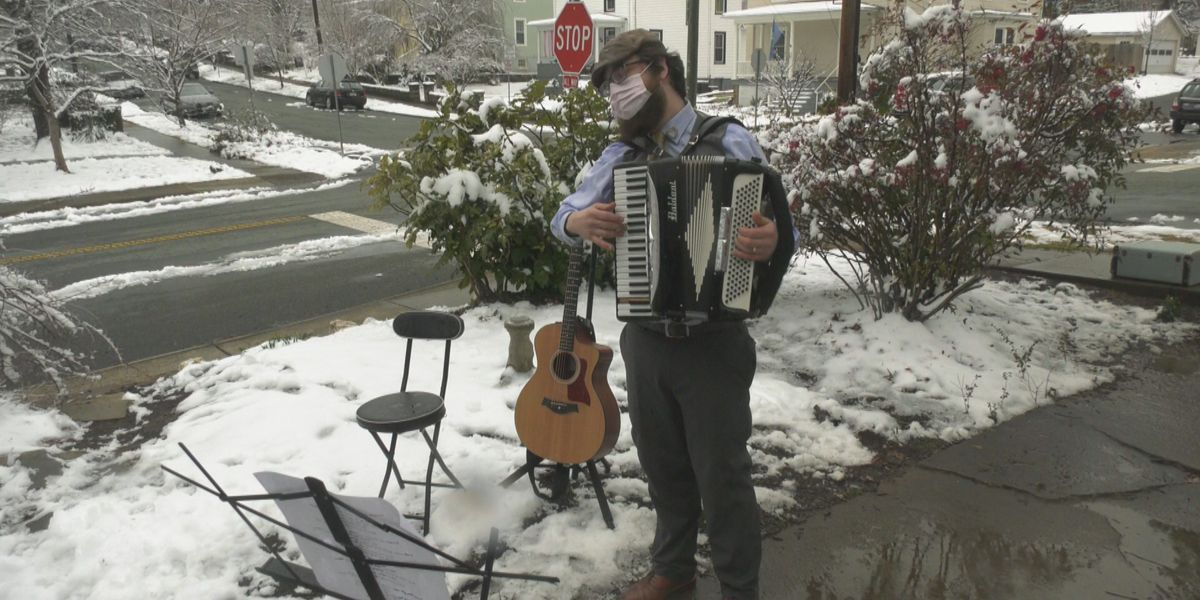 Charlottesville musician takes to front lawns for Valentine's Day serenades