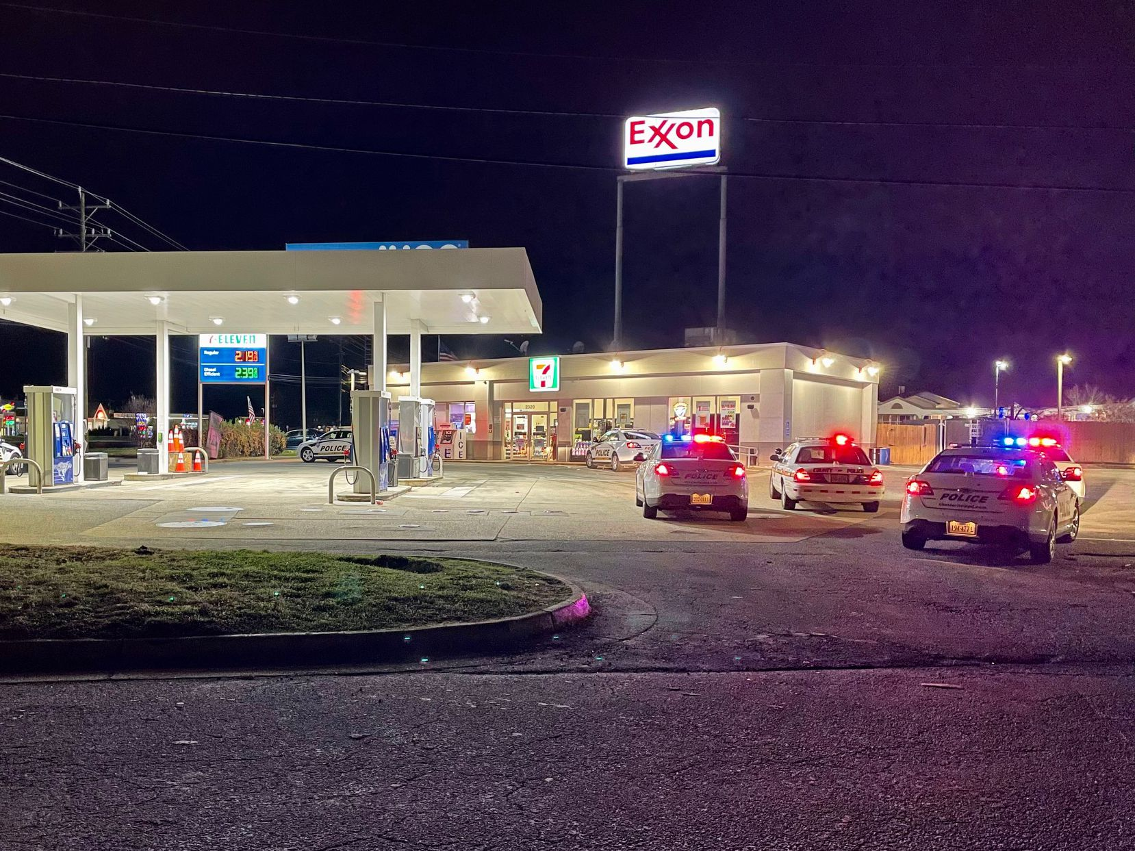 Clerk injured during 7-Eleven robbery in Chesterfield