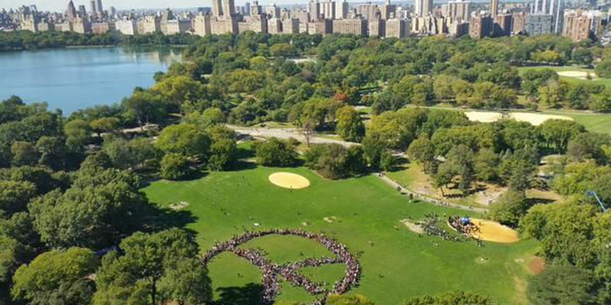 Yoko Ono, New Yorkers come together to make peace sign for John Lennon