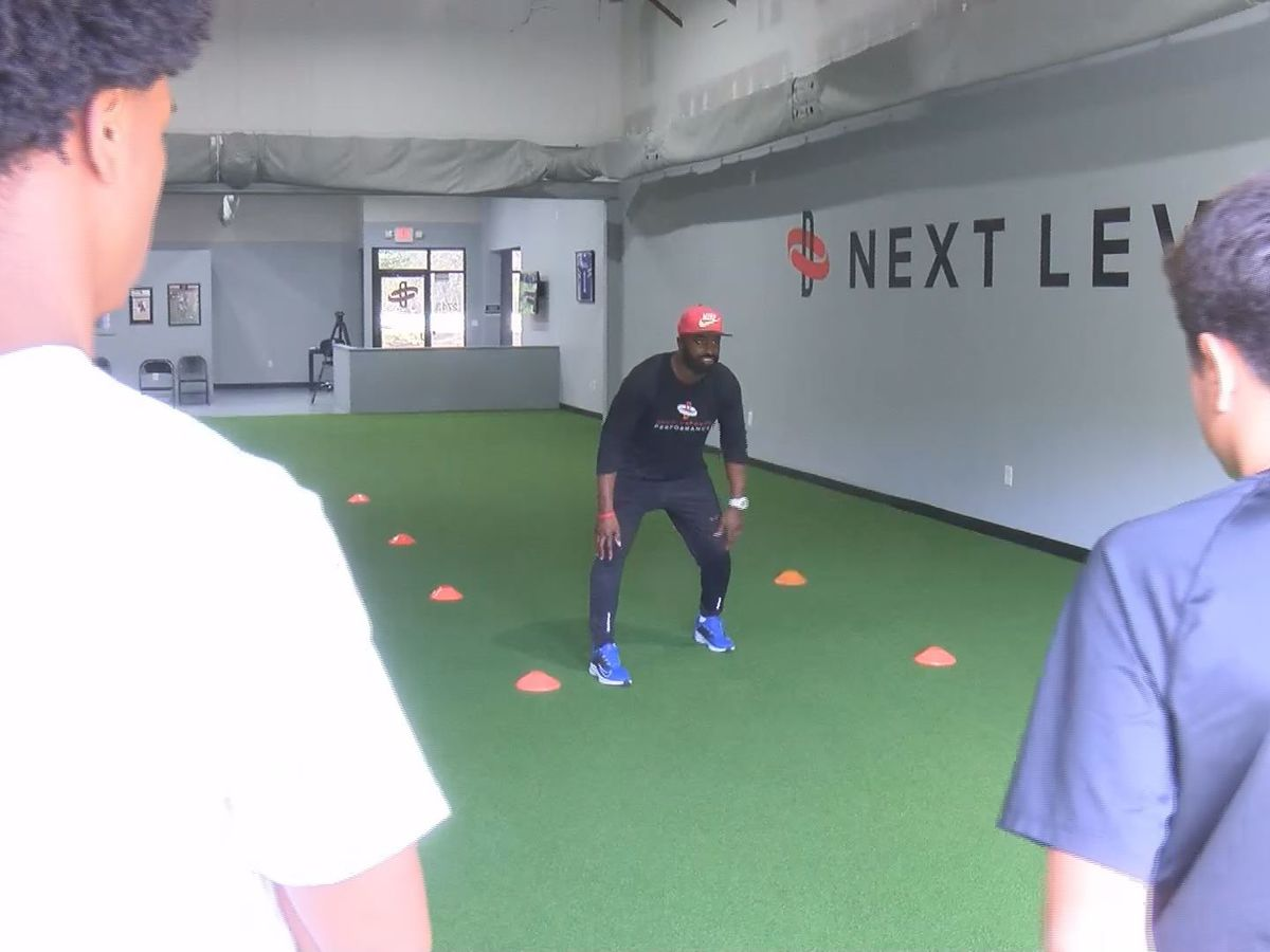 Former pro Daniels hosts spring break football mini-camp